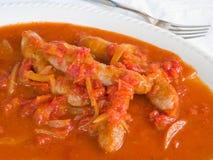 Salchichas en salsa de tomate. Imágenes de archivo libres de regalías