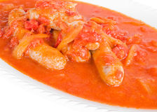 Salchichas en salsa de tomate. Foto de archivo
