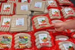 Salchichas envueltas en una tienda Imagen de archivo libre de regalías