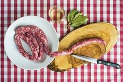Salchichas frescas que se cocinarán Imagen de archivo libre de regalías