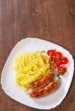Salchichas fritas de la carne con los purés de patata y la ensalada de las verduras Fotos de archivo
