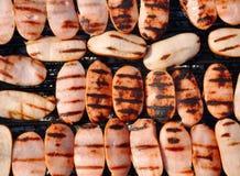 Salchichas fritas en una parrilla Fotografía de archivo libre de regalías