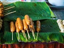 Salchichas fritas y albóndigas fritas del cerdo, pescado, pollo, abeja Fotos de archivo
