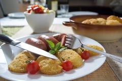Salchichas fritas y patatas empanadas Fotos de archivo