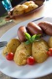 Salchichas fritas y patatas empanadas Foto de archivo libre de regalías