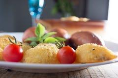 Salchichas fritas y patatas empanadas Imágenes de archivo libres de regalías