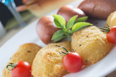 Salchichas fritas y patatas empanadas Imagen de archivo