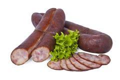 Salchichas hechas en casa en cáscara natural Producto de carne delicioso aislado en el fondo blanco Fotos de archivo