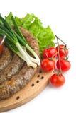 Salchichas hechas en casa con las verduras, el tomate y las cebollas verdes Fotografía de archivo