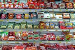 Salchichas para la venta en el supermercado Imagenes de archivo