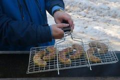 Salchichas, preparadas en un brasero Foto de archivo