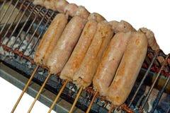 Salchichas tailandesas crudas con el pincho en asado a la parrilla foto de archivo