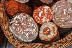 Salchichas tradicionales hechas en casa colocadas en una cesta de mimbre Fotografía de archivo libre de regalías