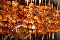 Salchichas y cebollas cocinadas Imagenes de archivo