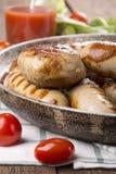 Salchichas y hamburguesas asadas a la parrilla del pollo imagen de archivo libre de regalías
