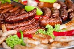 Salchichas y verdura asadas a la parrilla deliciosas Alimento delicioso foto de archivo