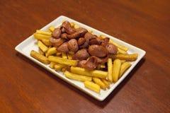 Salchipapa, typisch Peruviaans voedsel Stock Afbeeldingen