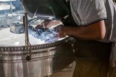 Saldando alla fabbrica industriale Fotografia Stock