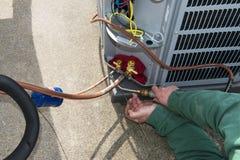 Saldando, installi l'unità centrale di CA del condizionatore d'aria Immagini Stock