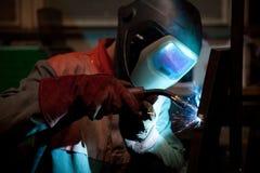 Saldatore della fabbrica sul lavoro Fotografia Stock Libera da Diritti