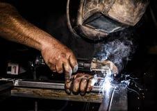 Saldatore di Profesional in metallo di saldatura della maschera protettiva e metallo delle scintille immagini stock libere da diritti