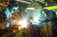 Saldatore, parte automobilistica di saldatura in una fabbrica dell'automobile fotografia stock