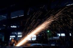 Saldatore in una fabbrica immagine stock libera da diritti
