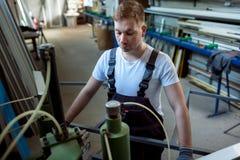 Saldatrice di funzionamento del lavoratore in fabbrica Fotografie Stock