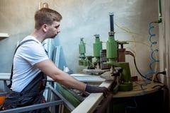 Saldatrice di funzionamento del lavoratore in fabbrica fotografia stock libera da diritti