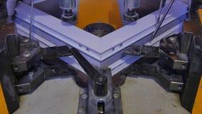 Saldatrice di funzionamento del lavoratore in fabbrica Saldatrice della finestra del PVC Macchina di alluminio della stampa della Fotografie Stock Libere da Diritti