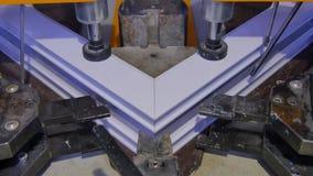 Saldatrice di funzionamento del lavoratore in fabbrica Saldatrice della finestra del PVC Macchina di alluminio della stampa della Fotografia Stock