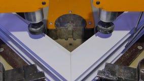 Saldatrice di funzionamento del lavoratore in fabbrica Saldatrice della finestra del PVC Macchina di alluminio della stampa della Immagini Stock