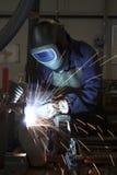 Saldatura che salda una parte di metallo Immagine Stock