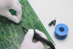 Saldatura dei componenti elettronici Fotografie Stock Libere da Diritti