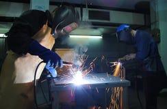 Saldatura dei lavoratori dell'industria siderurgica immagine stock