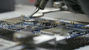 Saldatura del chip saldatura del chip sostituzione del chip difettoso La mano del ` s dell'uomo tiene la stazione di saldatura Il archivi video