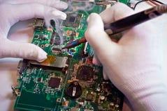 Saldatura del circuito nel laboratorio di servizio. Immagini Stock