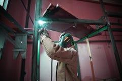 Saldatura del saldatore in una fabbrica Immagini Stock