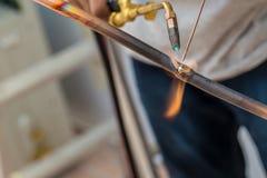 Saldatura del tubo di rame di un gasdotto del metano o di un condizionamento o di un sistema a acqua Tubi di rame di saldatura di immagini stock