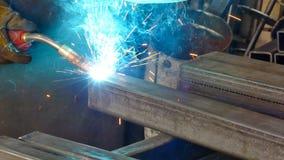 Saldatura della fiamma blu del metallo stock footage