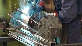 Saldatura delle componenti del metallo nell'industria metalmeccanica video d archivio