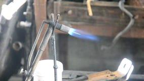 Saldatura a gas per il radiatore della lega di piombo e della correzione archivi video