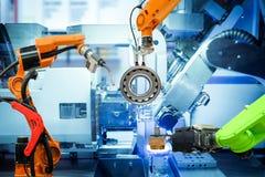 Saldatura robot industriale e funzionamento di presa del robot sulla fabbrica astuta immagini stock libere da diritti
