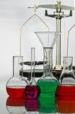 Saldo en laboratoriumglaswerk Stock Foto's