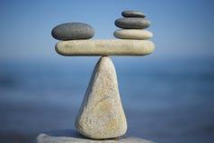 Saldo van stenen Aan gewichtspros - en - cons. In evenwicht brengende stenen op de bovenkant van kei Sluit omhoog Royalty-vrije Stock Foto's