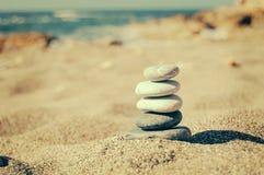 Saldo van stenen op het strand Het uitstekende kleuren stock afbeeldingen