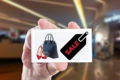 Sale advertizing för kvinnaskor och handväskor Arkivbilder