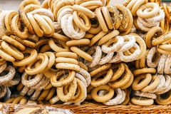 Sale av baglar, får i gatan royaltyfri fotografi