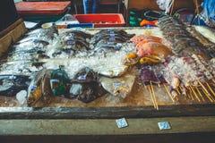 Sale av fiskprodukter på en gatastall i Thailand Royaltyfri Foto