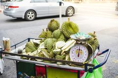 Sale av frukter av durians på en vagn asiatisk marknad royaltyfri foto